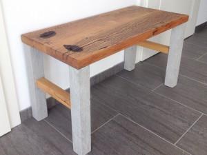 Sitzbank aus antikem Holz und Beton