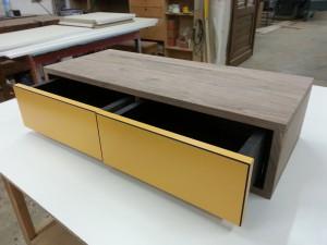 Nussbaum Sideboard Schubkasten schwarzes MDF gelb lackiert