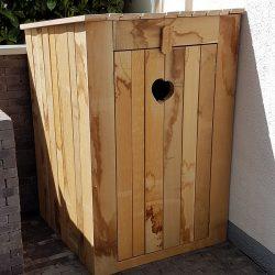 Holzverkleidung für eine Gartenregentonne