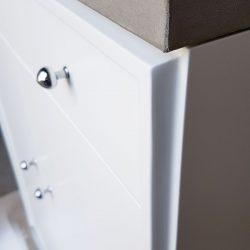 Weiße Kommode mit Beton-Platte