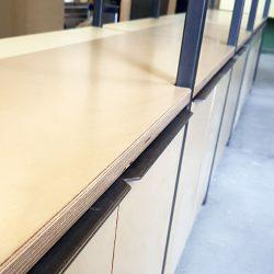 Regalwand aus Roheisen mit Multiplex-Platten