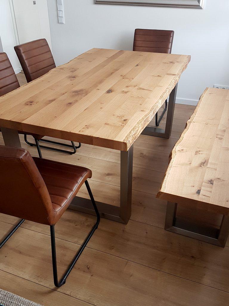 Esstisch und Sitzbank aus Eiche-Bohle mit Roheisen-Gestell